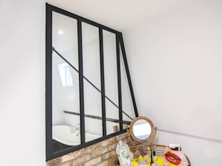 Metal staircase, walk on glass panel and glass infill panels to the kitchen and bathroom by Railing London Ltd Сучасний