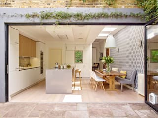Kitchen, dining room and garden in one Holloways of Ludlow Bespoke Kitchens & Cabinetry Cozinhas modernas Madeira Branco