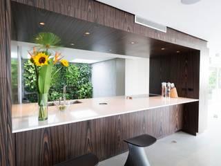 Cocina Lomas del Mirador: Cocinas de estilo moderno por KPK