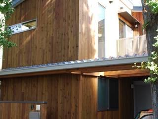 木製外壁パネルの外観: 奥村召司+空間設計社が手掛けた家です。
