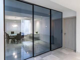 Pasillos, vestíbulos y escaleras de estilo moderno de Design Group Latinamerica Moderno