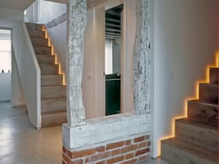 The hallway and stairs at ​the Old Hall in Suffolk Moderner Flur, Diele & Treppenhaus von Nash Baker Architects Ltd Modern Holz Holznachbildung