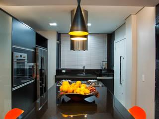 Cobertura Morom: Salas de jantar  por Carla Almeida Arquitetura,Moderno