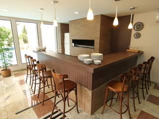 Vila Vergueiro: Salas de jantar  por Carla Almeida Arquitetura,Clássico