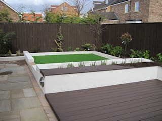 Contemporary rear garden with composite decking and artificial grass de Mike Bradley Garden Design