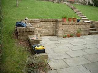 Stream and seating areas on a grassy bank de Mike Bradley Garden Design