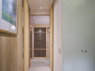 Couloir et hall d'entrée de style  par プラスアトリエ一級建築士事務所,