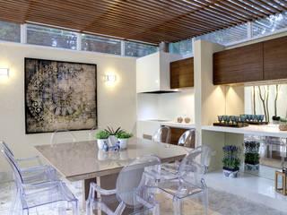 Michelle Machado Arquitetura Modern dining room Wood White