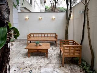 Michelle Machado Arquitetura Giardino moderno Legno massello Beige