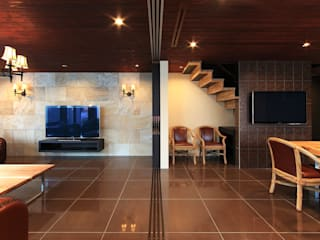 Livings de estilo moderno de 猪股浩介建築設計 Kosuke InomataARHITECTURE Moderno