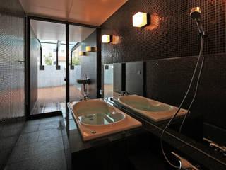 Baños de estilo moderno de 猪股浩介建築設計 Kosuke InomataARHITECTURE Moderno