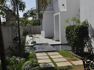 Mr. Ashwin's house Vipul Patel Architects Modern balcony, veranda & terrace