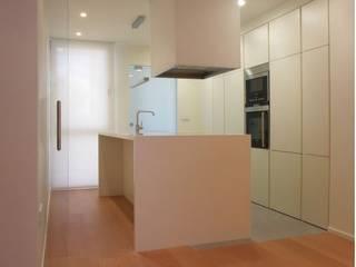 ADAM Apartment: Cocinas de estilo moderno de ATYCO