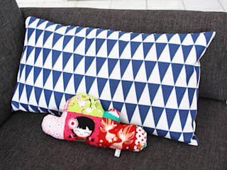 Housse de coussin TRIANGLES - Bleu 50x30 cm:  de style  par Sweet cotton & Paper love