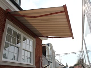 Patio Awning Installation to balcony in Surrey. Balcones y terrazas modernos de homify Moderno