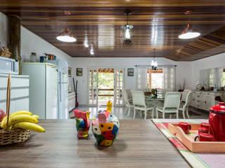 Casa de Campo - cozinha rústica e sala de jantar:   por Elisabeth Berlato Arquitetura, Interiores e Paisagismo,Rústico