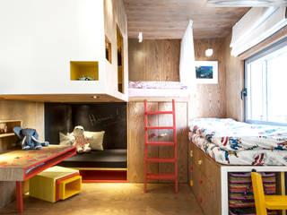 Duplex Penthouse in Tel Aviv Chambre d'enfant minimaliste par toledano + architects Minimaliste Bois Effet bois