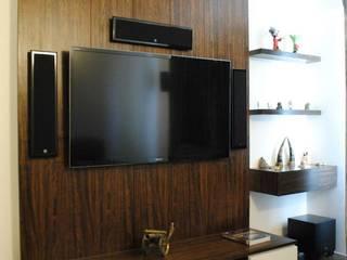 Duplex Apartment:  Living room by Construction Associates,Modern