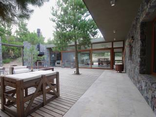 Casas de Playa - El Patio - Jardines modernos: Ideas, imágenes y decoración de LUCAS MC LEAN ARQUITECTO Moderno