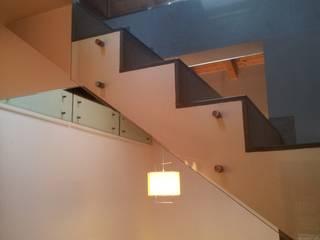 VILLA SULLE ALTURE DI GENOVA Ingresso, Corridoio & Scale in stile moderno di Studio Messori Moderno