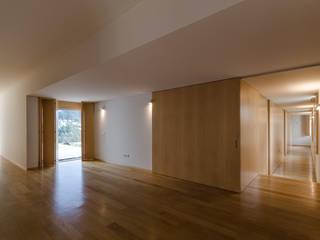 Habitação Unifamiliar Monte dos Saltos: Corredores e halls de entrada  por olgafeio.arquitectura,Minimalista