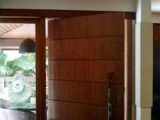 porta pivotante: Janelas   por Margareth Salles