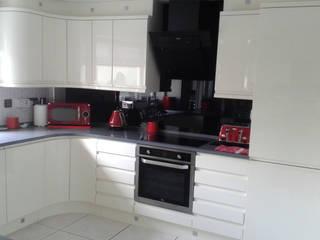 CHIPPENDALE SOLO GLOSS IVORY KITCHEN & ITASTONE QUARTZ WORKTOPS: modern Kitchen by Kitchens Liverpool