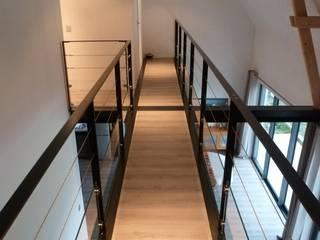Maison ITE BBC Sarzeau Couloir, entrée, escaliers modernes par HERVE COUEDEL Moderne