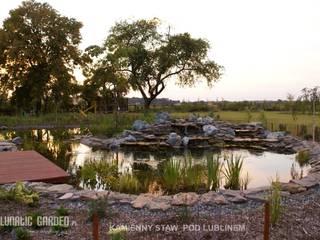 Oczko wodne z kaskadą: styl , w kategorii  zaprojektowany przez Lunatic Garden,