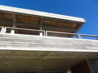 """Casa """"La Familia"""" Balcones y terrazas modernos: Ideas, imágenes y decoración de Estudio de arquitectura Vivian Avella Longhi Moderno"""