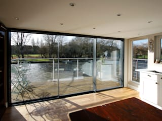 Finnmoor IQ Glass UK Modern balcony, veranda & terrace