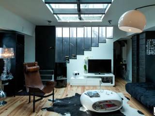 Vue de l'entrée et du salon: Couloir et hall d'entrée de style  par Elisabeth Manguin Architecte