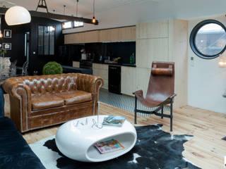 Vue du salon et de la cuisine: Salon de style  par Elisabeth Manguin Architecte