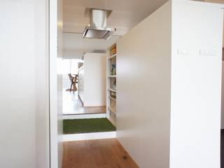 都島のマンションリフォーム: ニュートラル建築設計事務所が手掛けた廊下 & 玄関です。