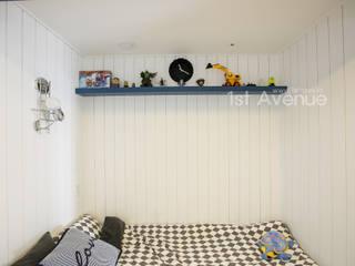 Dormitorios infantiles de estilo moderno de 퍼스트애비뉴 Moderno