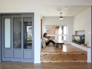 거실한켠의 좌식평상: 주택설계전문 디자인그룹 홈스타일토토의  거실