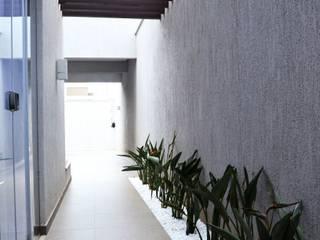 RESIDÊNCIA FC Corredores, halls e escadas campestres por TRES MAIS arquitetura Campestre
