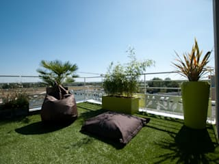 Aménagement d'une terrasse plein sud de 45 m² Balcon, Veranda & Terrasse modernes par Vertigo jardins Moderne