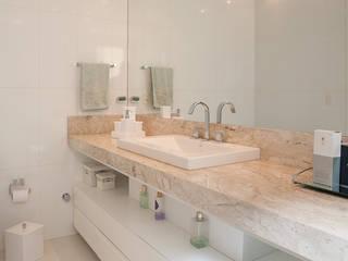 APARTAMENTO  - CAXIAS DO SUL: Banheiros  por Manoela Arquiteta
