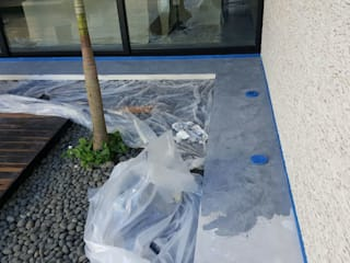 Aplicacion de microcemento en paredes exteriores de jardin: Albercas de estilo moderno por Marlux import