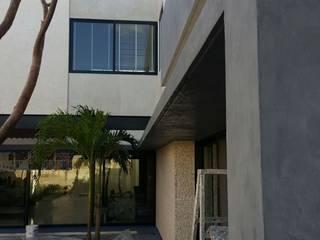 Aplicacion de microcemento en paredes exteriores de jardin: Casas de estilo moderno por Marlux import