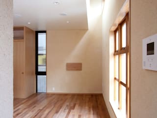 市ヶ谷の家(都市型2世帯住宅・中庭のある外断熱の家): 中川龍吾建築設計事務所が手掛けたリビングです。