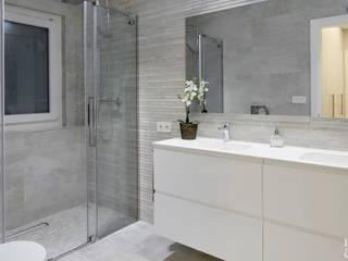 Detalle del lavabo del baño de la habitación principal.: Baños de estilo  de Etxe&Co