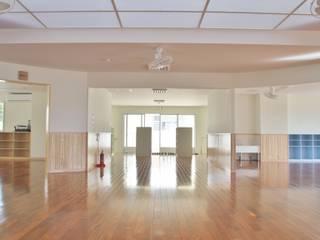Salas multimedia de estilo moderno de (株)スペースデザイン設計(一級建築士事務所) Moderno