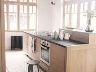 Cementine e parquet in cucina Cucina minimalista di esperanto INTERIORS Minimalista Legno Effetto legno