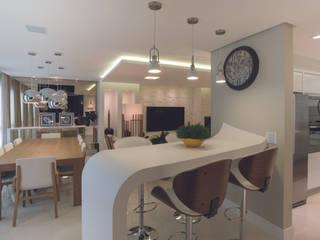 Uma curva na mesmice: Salas de jantar  por Monique Pedruzzi Arquitetura + Interiores,Moderno Pedra