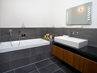 Urban Home Webb:  Bathroom by Baufritz (UK) Ltd.