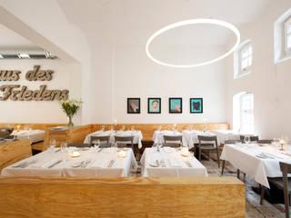TheO im Restaurant Ross Lichtmanufaktur leuchtstoff*, Lichtdesigner Stefan Restemeier, MA Arch Minimalistische Gastronomie
