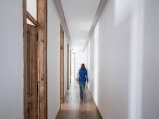 Uma casa de início de século Architect Your Home Corredores, halls e escadas modernos