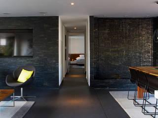 Livings modernos: Ideas, imágenes y decoración de Maria Mentira Studio Moderno Piedra